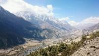 Der Annapurna Circuit beginnt gemütlich in sanften Tälern. Um uns herum sind Bananenbäume und unzählige Wasserfälle. Die kommenden Tage folgen wir dem Fluss immer tiefer in die Berge.